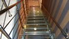 Стеклянные ступени на лестнице