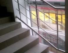 Ограждение окна на лестнице